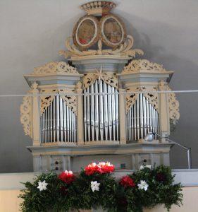 Friderici-Orgel Weißig nach der Restaurierung mit Erntedankschmuck